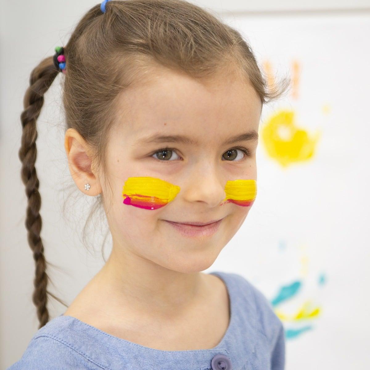 Photo d'une jeune fille avec de la gouache sur les joues