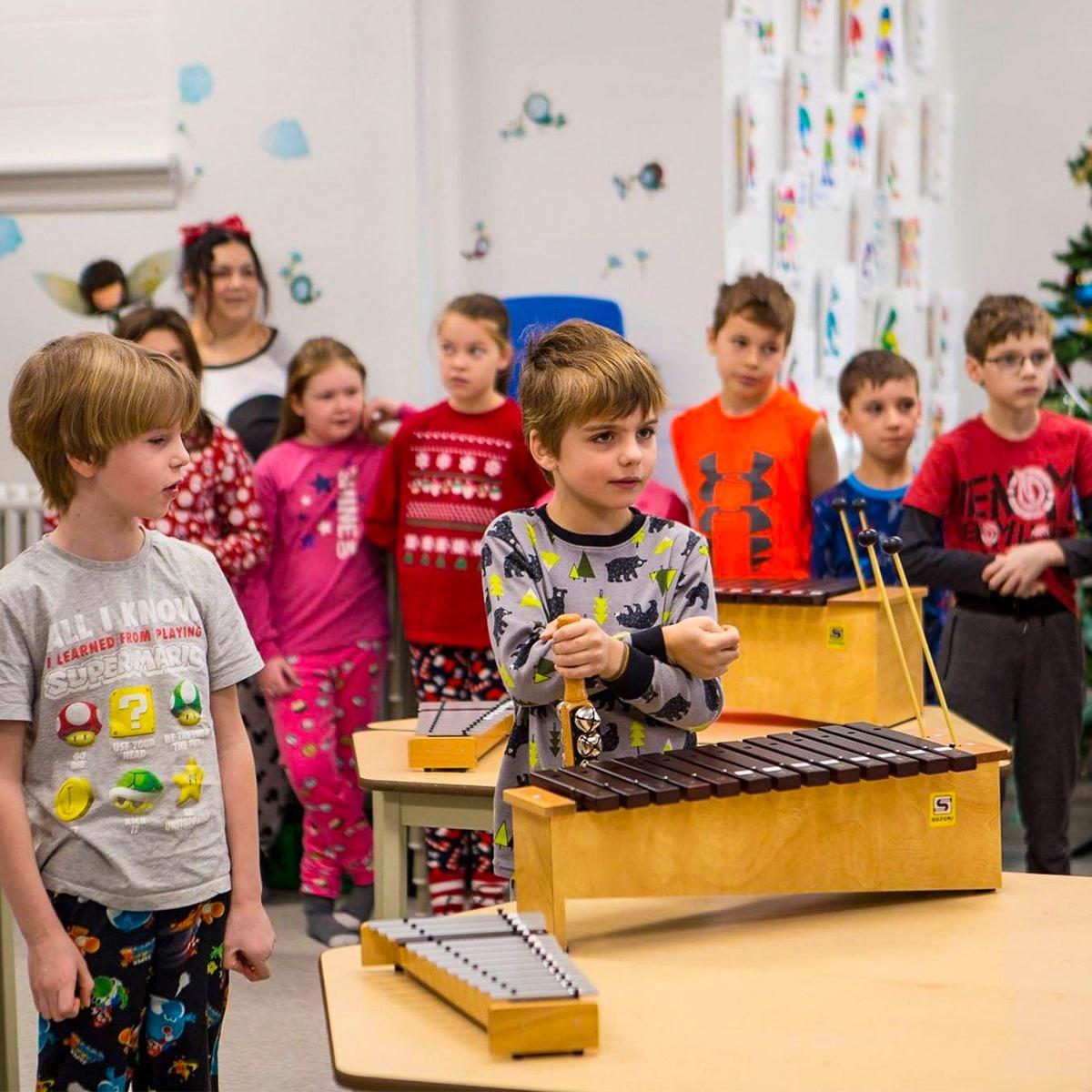 Photo d'une classe d'enfants dans un cours de musique