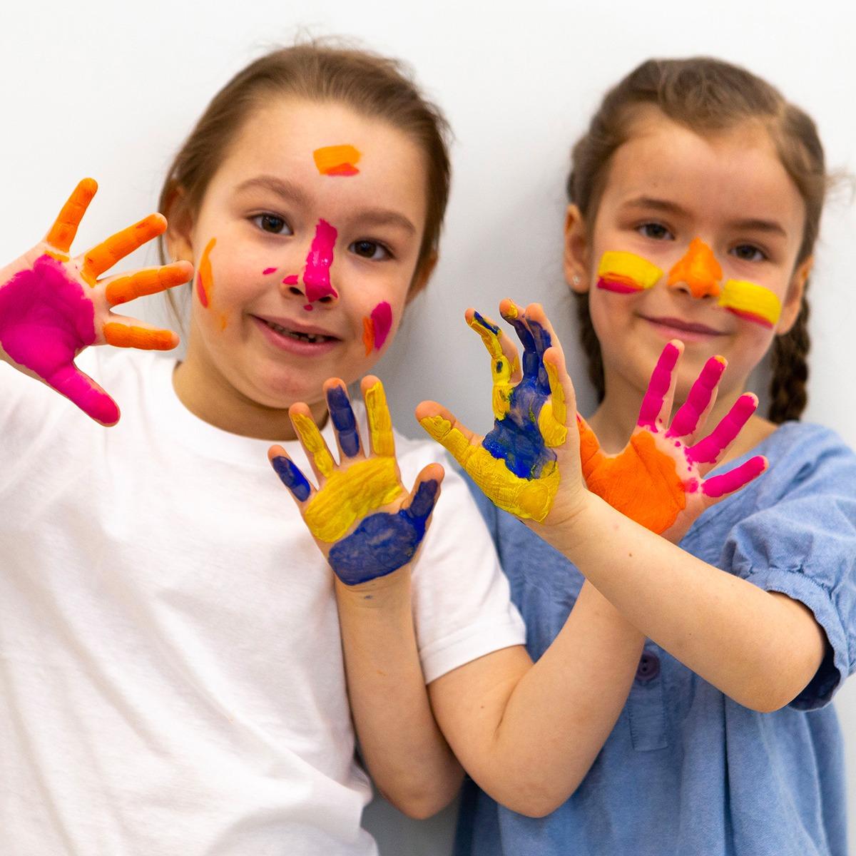 Photo de deux jeunes filles jouant avant de la gouache