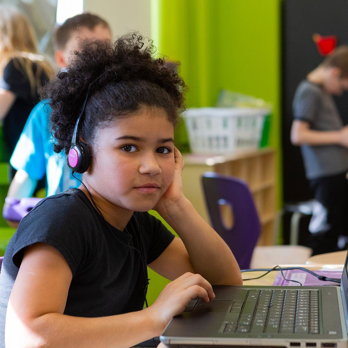 Photo d'une jeune fille devant un ordinateur