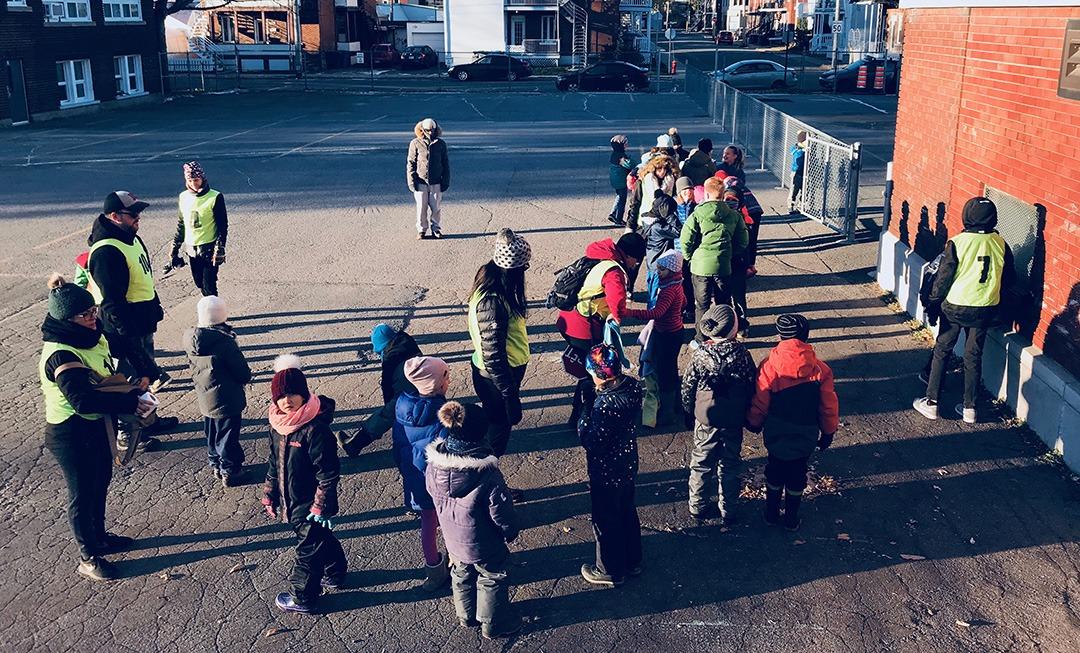 Photo d'une classe d'élève se préparant à aller marcher