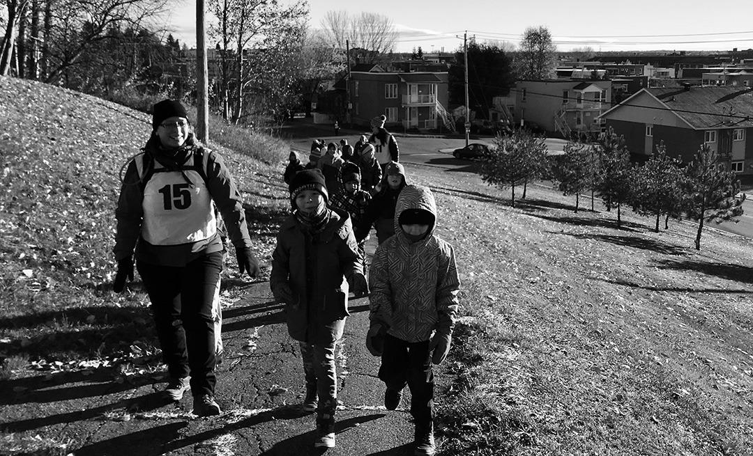Photo d'une classe d'élèves prenant une marche