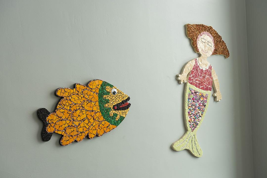 Réalisation d'une mosaïque d'un poisson et d'une syrène